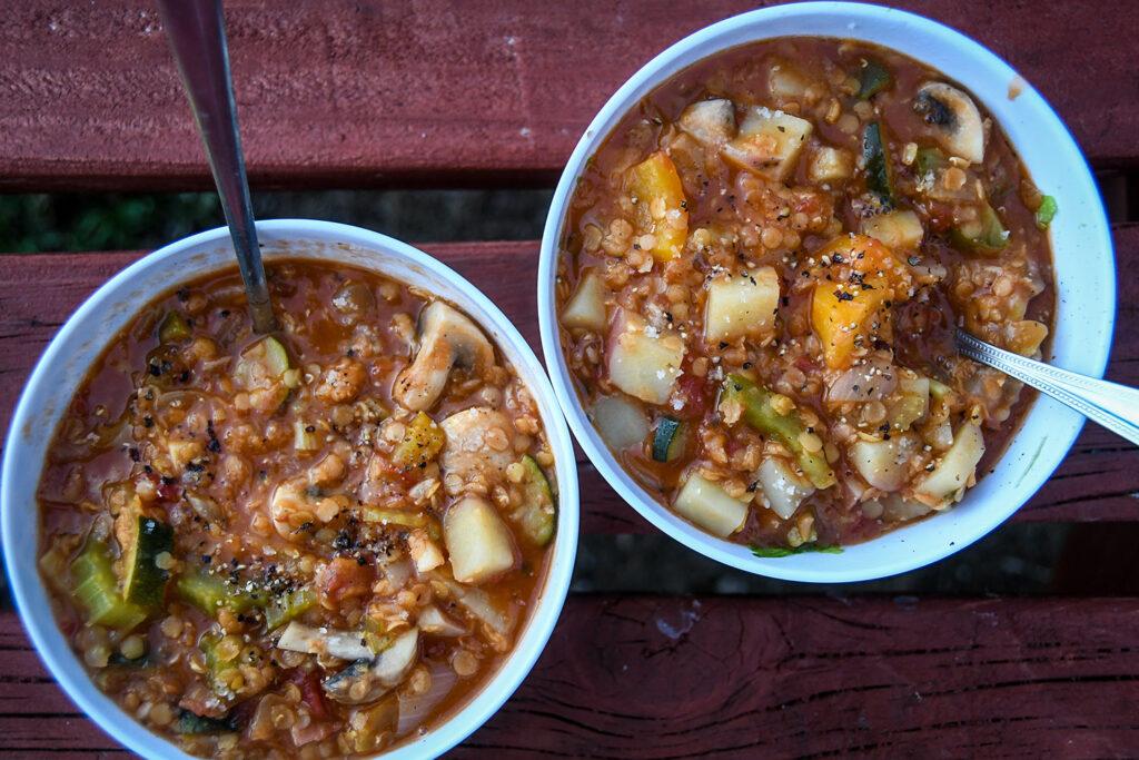 Warzywna Zupa Soczewcowa z grzankami czosnkowymi